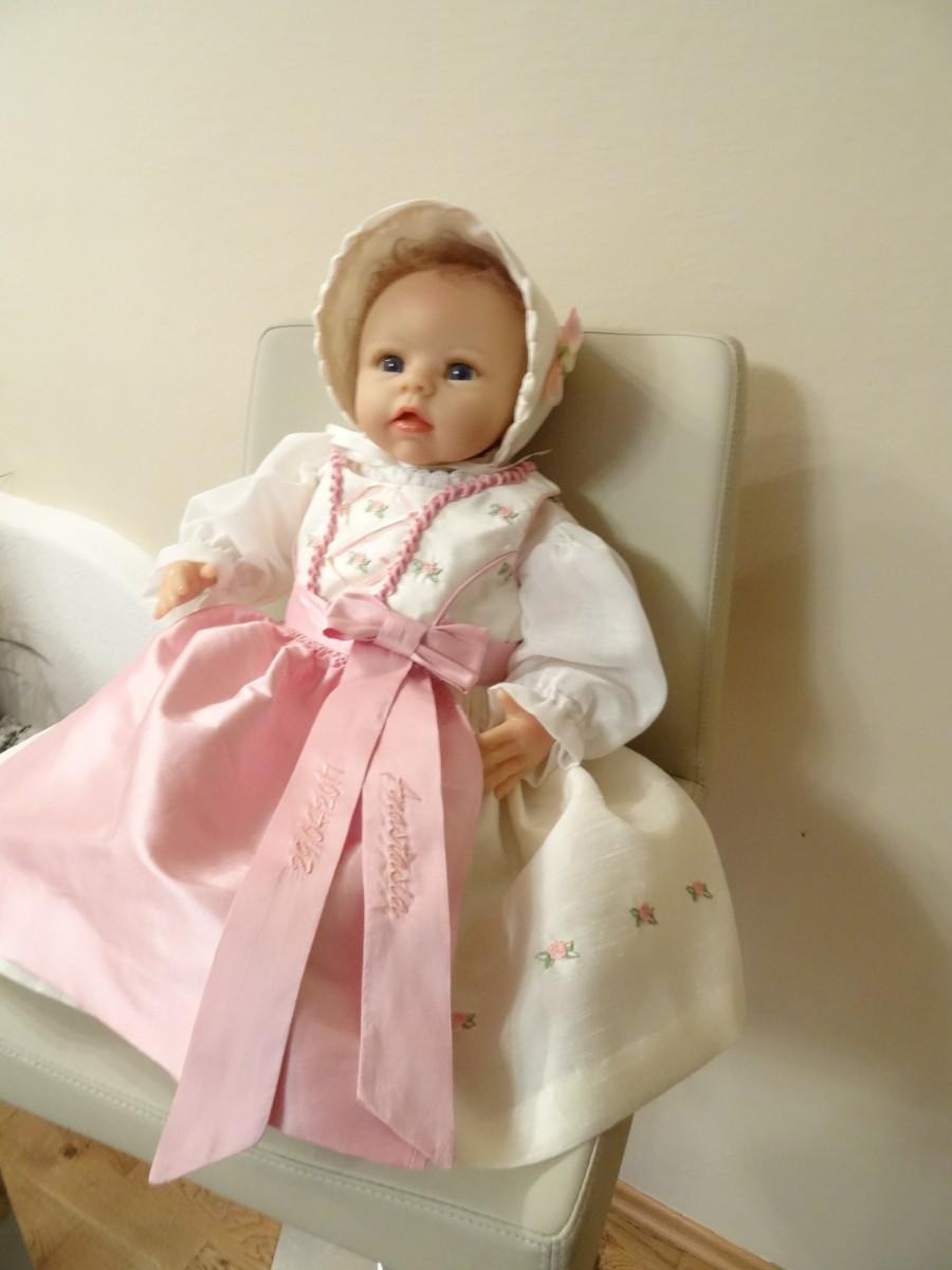 Geschenke für Klein und Groß mit Namen oder Logo-Taufkleid mit gestickten Röschen